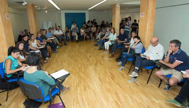 Asistentes a la reunión celebrada ayer con motivo de la previsible acogida de refugiados en Tudela.