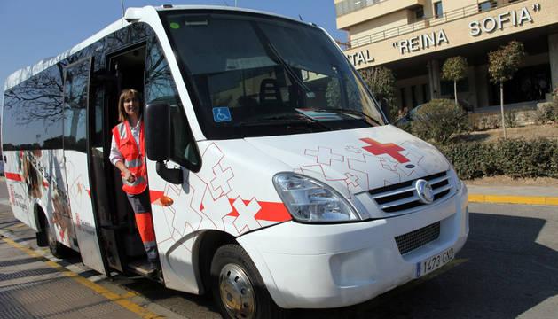 Imagen del Autobús de la Vida, ante la entrada principal del hospital Reina Sofía de Tudela.