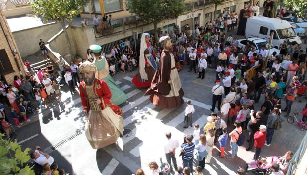 Instante de uno de los bailes interpretados por los gigantes de la Comparsa Perrinche del Centro Cultural Miguel Sánchez Montes.