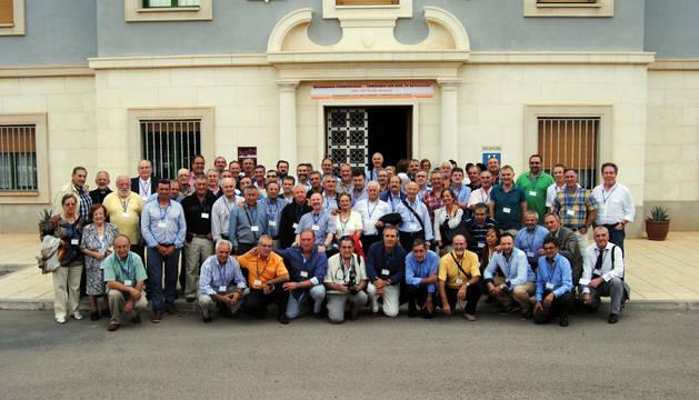 Ex alumnos y ex profesores del Seminario San José de los Combonianos de Corella, ante la entrada del centro.