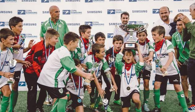 El equipo alevín de Oberena, con la Copa Samsung.