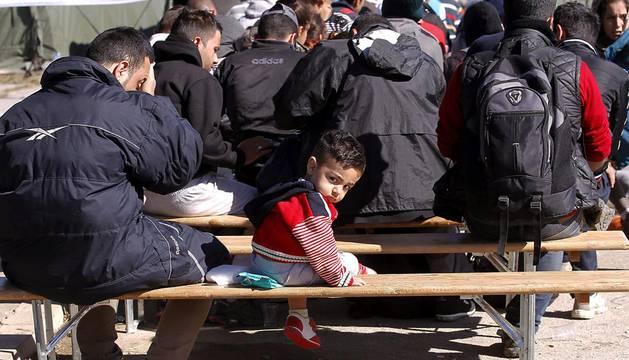 Miles de refugiados siguen entrando a pie desde Serbia a Croacia