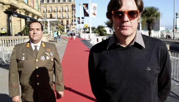 El realizador Álvaro Longoria (d), acompañado de Alejandro Cao de Benós.
