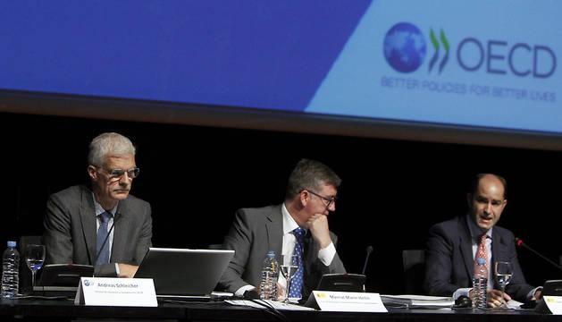 El director de la OCDE para la Educación y las Competencias, Andreas Schleicher y los secretarios de Estado de Educación y de Empleo, Marcial Marín y Juan Pablo Riesgo (i a d), durante la presentación del informe.
