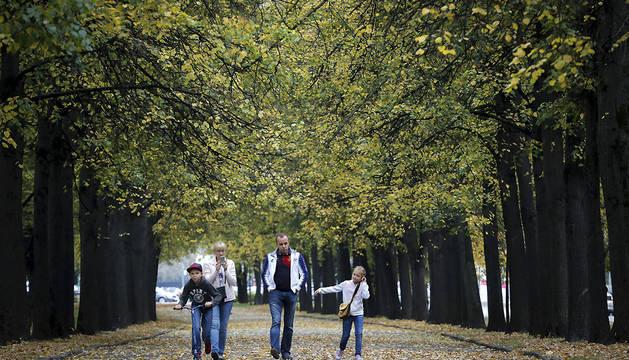 Una familia pasea entre árboles en Moscú.