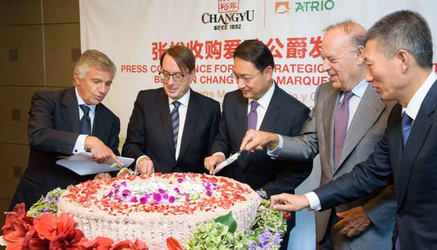 Desde la izquierda, Juan Antonio Samarach, consejero delegado del banco de inversión GBS Finanzas; Jesús Rivero, embajador de China en España, Lyu Fan; Carlos Falcó, Marqués de Griñón; y Zhou Hongjiang, presidente de Changyu.