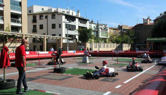 Un grupo de escolares del colegio La Anunciata de Tudela participa en el circuito de karts.