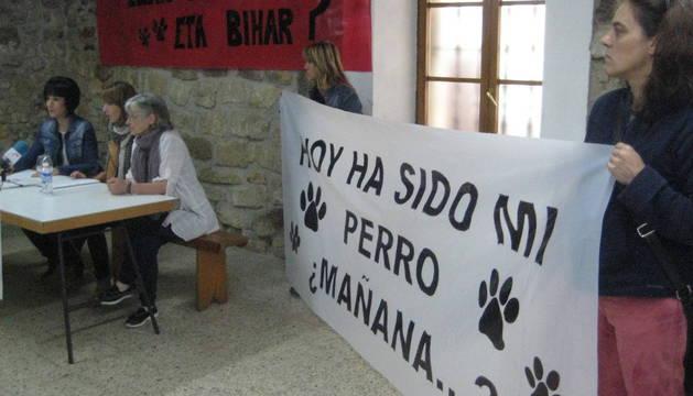 En la mesa, de izquierda a derecha, Amaia Bengoetxea, Amalia Vilas y Amparo Bengoetxea.