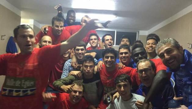 Los jugadores del Egüés celebran el título.