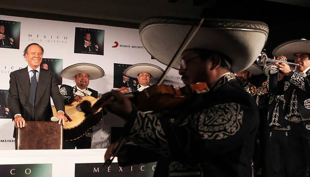 Para Julio Iglesias, la vida sigue igual
