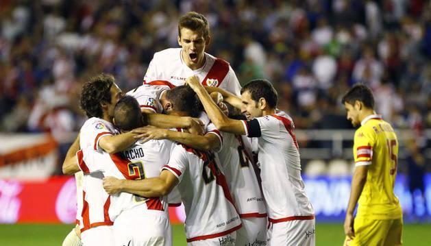 Los jugadores del Rayo celebran el gol de Javi Guerra.