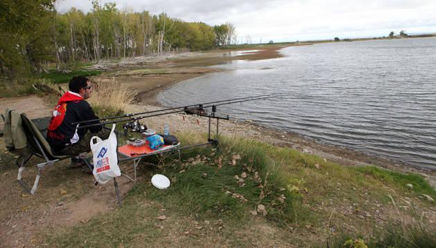 Un hombre pesca en una de las orillas de la Laguna de Lor.