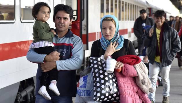 Una familia de refugiados camina por la estación de Schönefeld (Alemania).