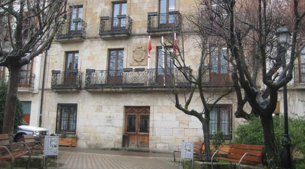 En una imagen de archivo, acceso al Ayuntamiento en cuya planta baja está la Policía Local.
