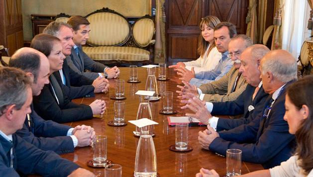 Representantes de la Cámara y el Gobierno de Navarra.