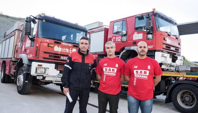 De izda. a dcha.: El director del Servicio de Bomberos, Víctor Rubio; y los representantes de SAR-Navarra, Txus Barrena y Roberto Rubio.