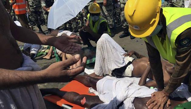 Fotografía facilitada por la Agencia de Defensa Civil saudí a través de Twitter que muestra a peregrinos que reciben atención médica.