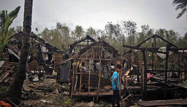 Las casas de madera de Borongan, en la isla filipina de Samar, destrozadas tras el paso de un tifón en diciembre de 2014.