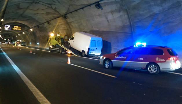 Momento en el que la grúa carga uno de los vehículos implicados.