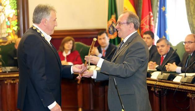 Joseba Asiron recibe la vara de mando de manos de Iñaki Cabasés.