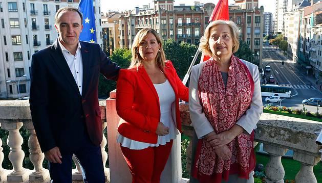 Javier Esparza, Amelia Salanueva y María Kutz, en el balcón de la sede de UPN.