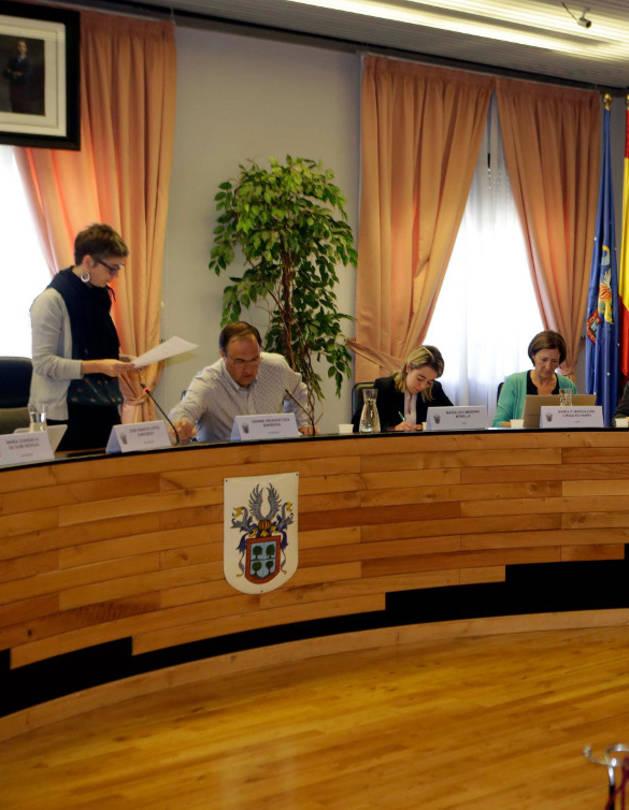 Fátima Sesma Vallés jura su cargo a ante la alcaldesa, Oihaneder Indakoetexea.