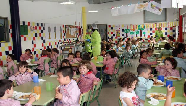 Alumnos en el comedor del colegio de Cintruénigo.