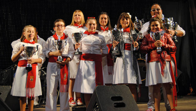 Los ganadores del XXVIII Concurso de Jotas de Corella posan con sus trofeos.