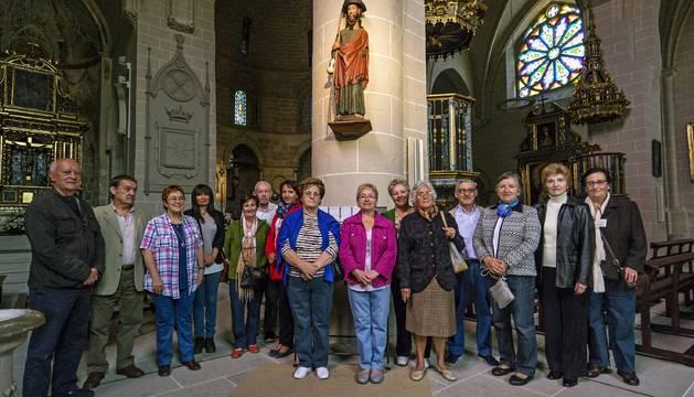 Parte del voluntariado de San Pedro posa esta semana en el interior de la iglesia matriz a la que acuden cada mañana por turnos.