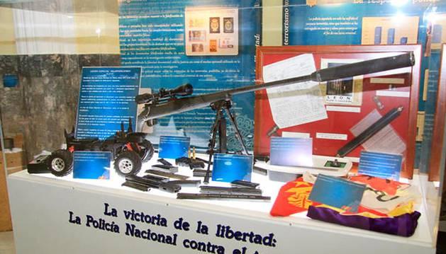 Entre otros objetos, la vitrina contiene el arma con la que ETA pretendía atentar contra el Rey Juan Carlos I.