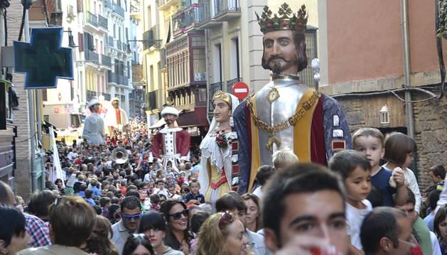 Comparsa de Gigantes y Cabezudos por las calles de Pamplona