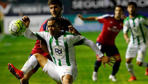 Oier pugna por el balón con un jugador del Córdoba.