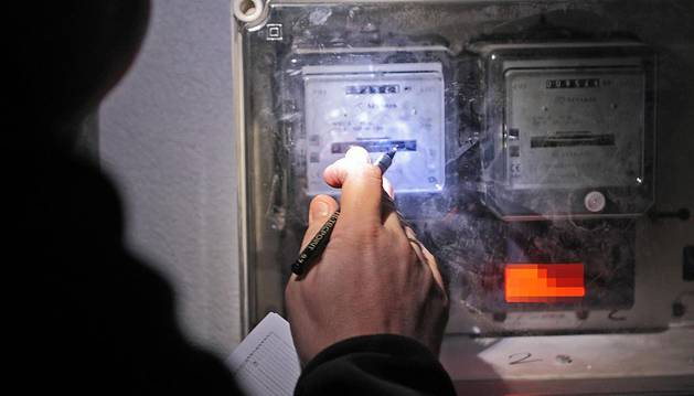 Un técnico observa los contadores de luz de un edificio.