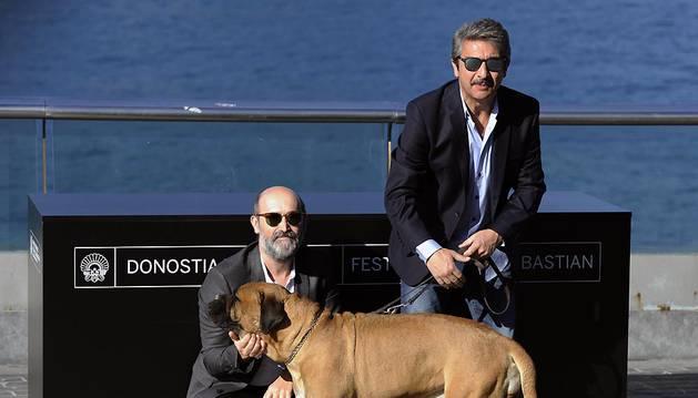 Javier Cámara (izq.) y Ricardo Darín posan con un perro durante el photocall de 'Truman' en San Sebastián.