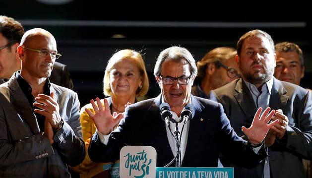 Artur Mas y los integrantes de de Junts pel Sí durante la noche electoral.