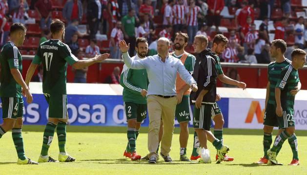 El técnico del Betis, Pepe Mel, felicita a sus jugadores en el césped de El Molinón.