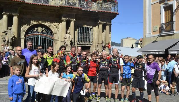 Los atletas, en la plaza del Ayuntamiento de Pamplona.