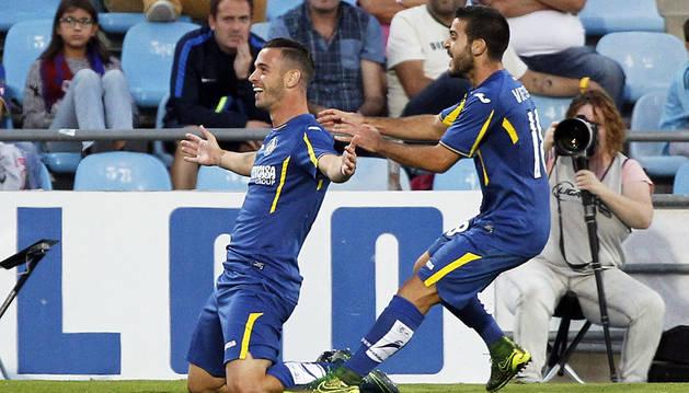 Álvaro Vázquez celebra un gol con Víctor Rodríguez.