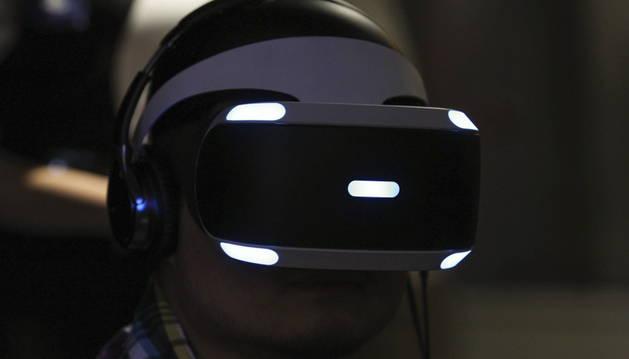 Un hombre prueba las Sony PlayStation VR.