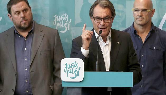 El líder de ERC, Oriol Junqueras; el presidente catalán en funciones, Artur Mas (CDC); y el candidato de Junts pel Sí, Raül Romeva, este lunes.