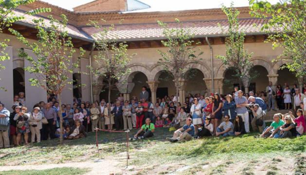 Visitantes a la exposición de láminas sobre la Puerta del Juicio.
