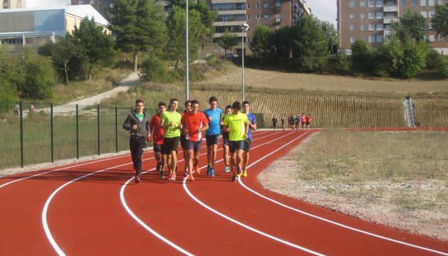 Un grupo entrena en las pistas de atletismo. Al fondo el camino que se va a iluminar.