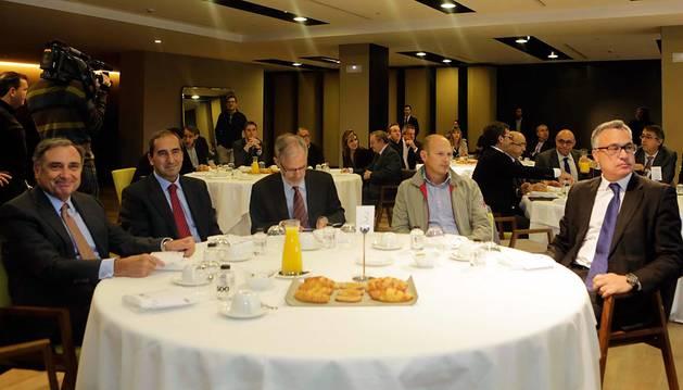 J. Antonio Sarría (CEN);  Alfonso Sánchez-Tabernero, rector de la UN; el fiscal José Antonio Sánchez y Raúl Villar (CC OO).