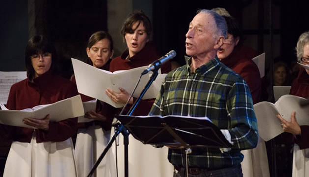 Erramun Martikorena, cantando junto al Orfeón