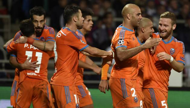 Feghouli celebra el gol con sus compañeros.