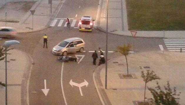 Choque sin heridos entre una moto y un coche en Buztintxuri