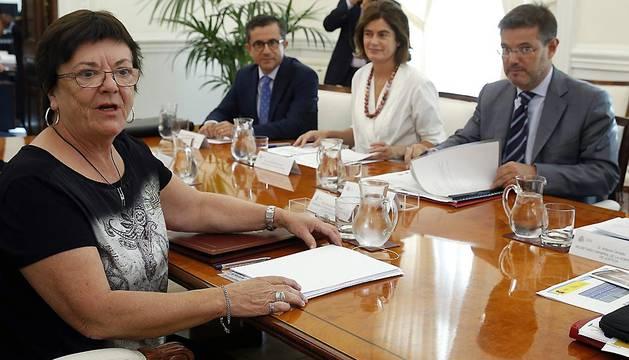 El ministro de Justicia, Rafaél Catalá (d), y la consejera de Presidencia, Función Pública, Interior y Justicia de Navarra, María José Beaumont (i).