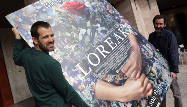 Jon Garaño y Jose Mari Goenaga sostienen el cartel de la película en Pamplona