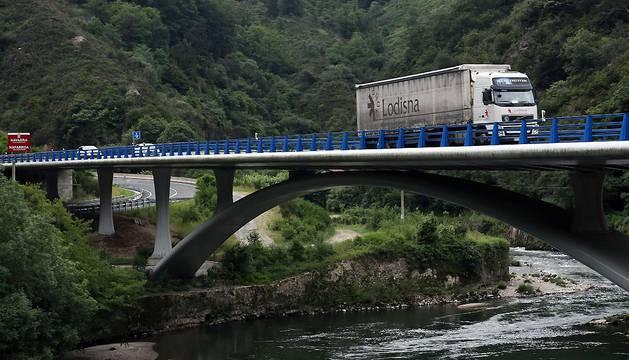 Un camión y dos automóviles circulan por el puente de Endarlatsa (N-121-A), que salva el río Bidasoa entre Navarra y Guipúzcoa.