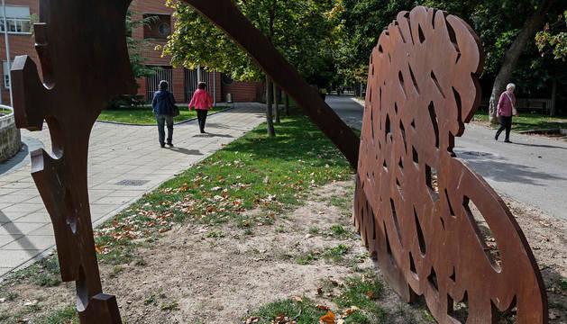 La escultura, vista en perspectiva, muestra dos corazones entrelazados.